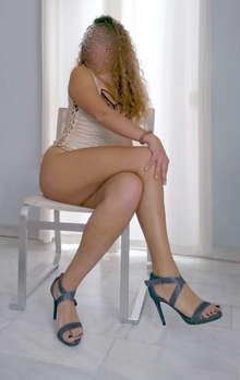 Andaluza. Azafata rubia espectacular de pelo rizado para ama