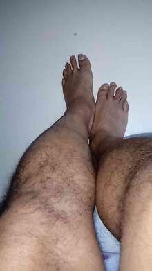 Travesti con hermosos pies y pasiva sin pelos en el pecho